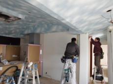 天井と壁のクロス貼り作業中